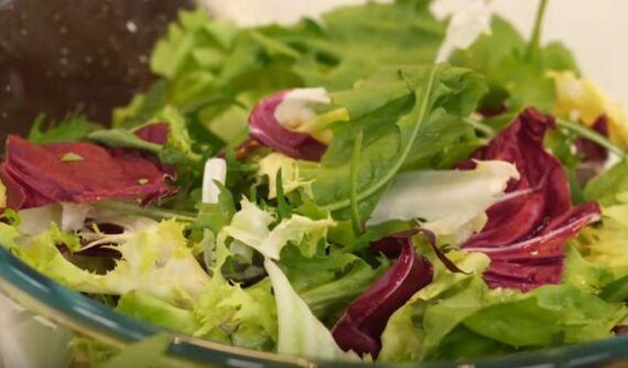 салат с редиской, крабовыми палочками огурцами и яйцами