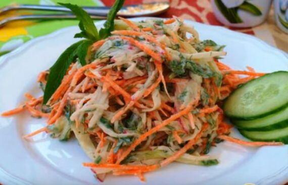 салат с редиской, огурцами и морковью