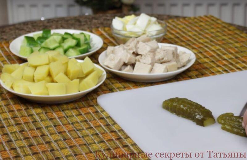 оливье с курицей и креветками